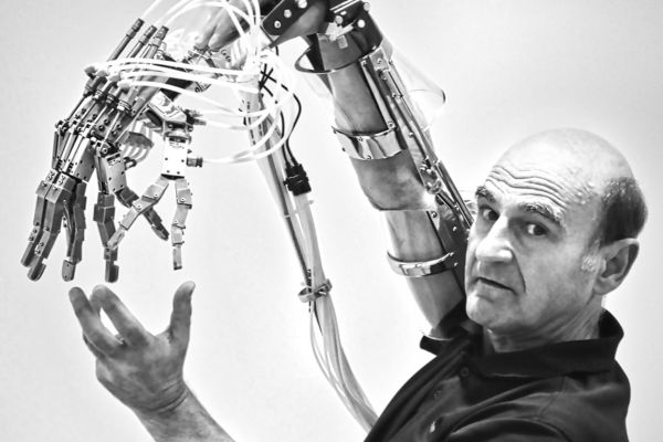 EMBODIMENT, ALIVENESS AND AGENCY: ZOMBIES, CYBORGS AND CHIMERAS Stelarc